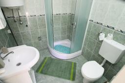 Ванная комната. Боко-Которская бухта, Черногория, Ораховац : Студия с террасой в 20 метрах от пляжа