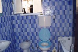 Ванная комната. Боко-Которская бухта, Черногория, Ораховац : Апартамент недалеко от пляжа, 2 спальни, большой балкон с видом на море
