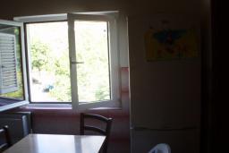 Кухня. Боко-Которская бухта, Черногория, Ораховац : Апартамент недалеко от пляжа, 2 спальни, большой балкон с видом на море