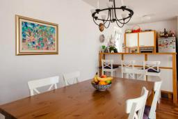 Обеденная зона. Будванская ривьера, Черногория, Будва : Двухуровневый апартамент с шикарным видом на море, гостиная, 3 спальни, 2 ванные комнаты