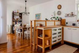 Кухня. Будванская ривьера, Черногория, Будва : Двухуровневый апартамент с шикарным видом на море, гостиная, 3 спальни, 2 ванные комнаты
