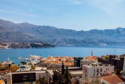 Вид на море. Будванская ривьера, Черногория, Будва : Двухуровневый апартамент с шикарным видом на море, гостиная, 3 спальни, 2 ванные комнаты