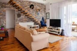 Гостиная. Будванская ривьера, Черногория, Будва : Двухуровневый апартамент с шикарным видом на море, гостиная, 3 спальни, 2 ванные комнаты