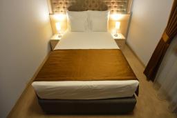 Спальня. Бечичи, Черногория, Будва : Люкс с двуспальной кроватью