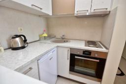 Кухня. Рафаиловичи, Черногория, Рафаиловичи : Апартамент в 50 метрах от пляжа, с гостиной, отдельной спальней и балконом с видом на море