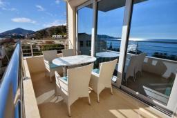 Балкон. Рафаиловичи, Черногория, Рафаиловичи : Апартамент в 50 метрах от пляжа, с гостиной, отдельной спальней и балконом с видом на море