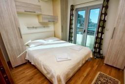 Спальня. Рафаиловичи, Черногория, Рафаиловичи : Апартамент в 50 метрах от пляжа, с гостиной, отдельной спальней и балконом с видом на море