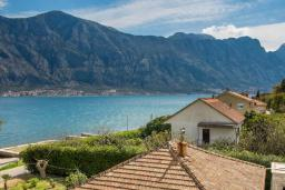 Вид на море. Боко-Которская бухта, Черногория, Прчань : Двухместный номер в 20 метрах от пляжа