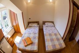 Спальня. Боко-Которская бухта, Черногория, Прчань : Двухместный номер в 20 метрах от пляжа