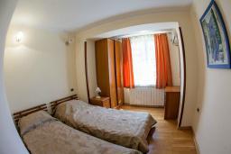 Спальня. Боко-Которская бухта, Черногория, Прчань : Апартамент с террасой и видом на море, гостиная, отдельная спальня