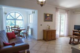 Гостиная. Боко-Которская бухта, Черногория, Прчань : Апартамент с балконом и видом на море, гостиная, отдельная спальня