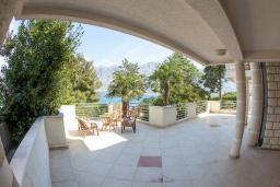 Терраса. Боко-Которская бухта, Черногория, Прчань : Апартамент с террасой и видом на море, гостиная, отдельная спальня