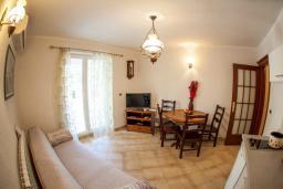 Гостиная. Боко-Которская бухта, Черногория, Прчань : Апартамент с террасой и видом на море, гостиная, отдельная спальня
