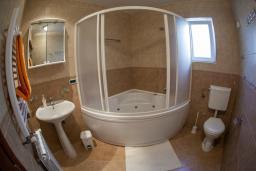 Ванная комната. Боко-Которская бухта, Черногория, Прчань : Апартамент с балконом и видом на море, гостиная, отдельная спальня