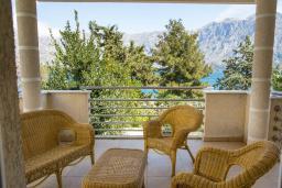 Балкон. Боко-Которская бухта, Черногория, Прчань : Апартамент с балконом и видом на море, гостиная, отдельная спальня