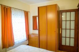 Спальня. Боко-Которская бухта, Черногория, Прчань : Апартамент с балконом и видом на море, гостиная, отдельная спальня
