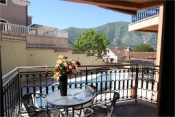 Балкон. Боко-Которская бухта, Черногория, Доброта : Апартамент в 50 метрах от пляжа, большая гостиная, две спальни, балкон с видом на море