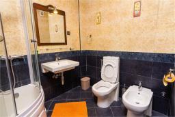 Ванная комната. Боко-Которская бухта, Черногория, Доброта : Апартамент в 50 метрах от пляжа, большая гостиная, две спальни, балкон с видом на море