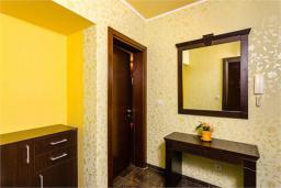 Коридор. Боко-Которская бухта, Черногория, Доброта : Апартамент в 50 метрах от пляжа, большая гостиная, две спальни, балкон с видом на море