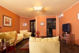 Гостиная. Боко-Которская бухта, Черногория, Доброта : Апартамент в 50 метрах от пляжа, большая гостиная, две спальни, балкон с видом на море
