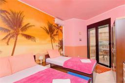 Спальня. Боко-Которская бухта, Черногория, Доброта : Апартамент в 50 метрах от пляжа, большая гостиная, две спальни, балкон с видом на море