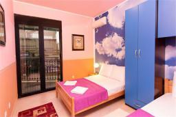 Спальня 2. Боко-Которская бухта, Черногория, Доброта : Апартамент в 50 метрах от пляжа, большая гостиная, две спальни, балкон с видом на море