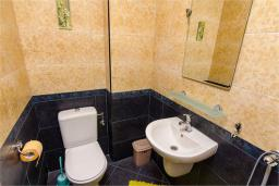 Туалет. Боко-Которская бухта, Черногория, Доброта : Апартамент в 50 метрах от пляжа, большая гостиная, две спальни, балкон с видом на море