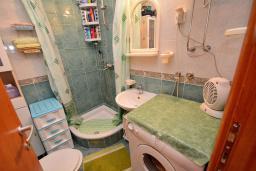 Ванная комната. Боко-Которская бухта, Черногория, Доброта : Апартамент с видом на море, гостиная и две отдельные спальни