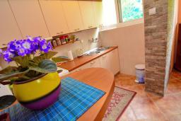 Кухня. Боко-Которская бухта, Черногория, Доброта : Апартамент с видом на море, гостиная и две отдельные спальни