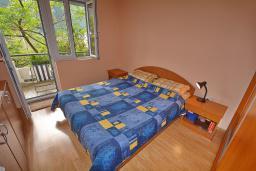 Спальня. Боко-Которская бухта, Черногория, Доброта : Апартамент с видом на море, гостиная и две отдельные спальни