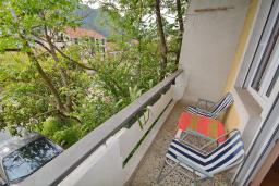 Балкон. Боко-Которская бухта, Черногория, Доброта : Апартамент с видом на море, гостиная и две отдельные спальни
