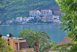 Вид на море. Боко-Которская бухта, Черногория, Доброта : Апартамент с видом на море, гостиная и две отдельные спальни