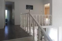 Лестница наверх. Будванская ривьера, Черногория, Кримовица : Вилла с видом на море, 4 спальни, 2 ванные комнаты, зеленый дворик, место для барбекю, парковка, Wi-Fi