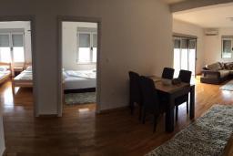 Гостиная. Будванская ривьера, Черногория, Рафаиловичи : Апартамент с двумя отдельными спальнями и балконом с видом на море