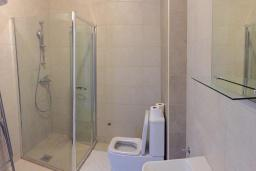 Ванная комната. Будванская ривьера, Черногория, Рафаиловичи : Апартамент с двумя отдельными спальнями и балконом с видом на море