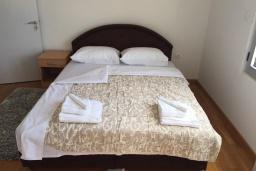Спальня 2. Будванская ривьера, Черногория, Рафаиловичи : Апартамент с двумя отдельными спальнями и балконом с видом на море