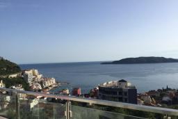 Вид на море. Будванская ривьера, Черногория, Рафаиловичи : Апартамент с двумя отдельными спальнями и балконом с видом на море