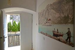 Коридор. Боко-Которская бухта, Черногория, Пераст : Апартамент на берегу залива с балконом и видом на море, 3 спальни, 2 ванные комнаты