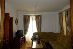 Гостиная. Боко-Которская бухта, Черногория, Пераст : Апартамент на берегу залива с балконом и видом на море, 3 спальни, 2 ванные комнаты