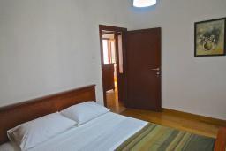 Спальня 3. Боко-Которская бухта, Черногория, Пераст : Апартамент на берегу залива с балконом и видом на море, 3 спальни, 2 ванные комнаты