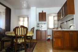 Кухня. Боко-Которская бухта, Черногория, Пераст : Апартамент на берегу залива с балконом и видом на море, 3 спальни, 2 ванные комнаты
