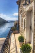 Балкон. Боко-Которская бухта, Черногория, Пераст : Апартамент на берегу залива с балконом и видом на море, 3 спальни, 2 ванные комнаты