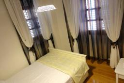 Спальня 2. Боко-Которская бухта, Черногория, Пераст : Апартамент на берегу залива с балконом и видом на море, 3 спальни, 2 ванные комнаты