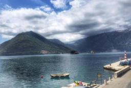 Вид на море. Боко-Которская бухта, Черногория, Пераст : Апартамент на берегу залива с балконом и видом на море, 3 спальни, 2 ванные комнаты
