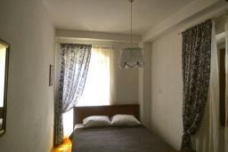 Спальня. Боко-Которская бухта, Черногория, Пераст : Апартамент на берегу залива с балконом и видом на море, 3 спальни, 2 ванные комнаты