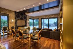 Гостиная. Боко-Которская бухта, Черногория, Ораховац : Вилла в 30 метрах от моря, большая гостиная, 2 спальни, парковочное место, Wi-Fi