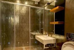 Ванная комната. Боко-Которская бухта, Черногория, Ораховац : Вилла в 30 метрах от моря, большая гостиная, 2 спальни, парковочное место, Wi-Fi