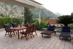 Терраса. Боко-Которская бухта, Черногория, Ораховац : Вилла в 30 метрах от моря, большая гостиная, 2 спальни, парковочное место, Wi-Fi