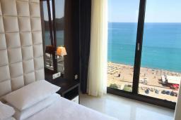 Спальня. Бечичи, Черногория, Бечичи : Апартамент с балконом и шикарным видом на море, с гостиной и отдельной спальней