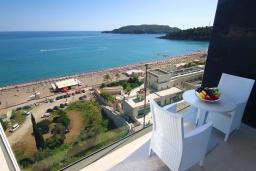 Балкон. Бечичи, Черногория, Бечичи : Апартамент с балконом и шикарным видом на море, с гостиной и отдельной спальней